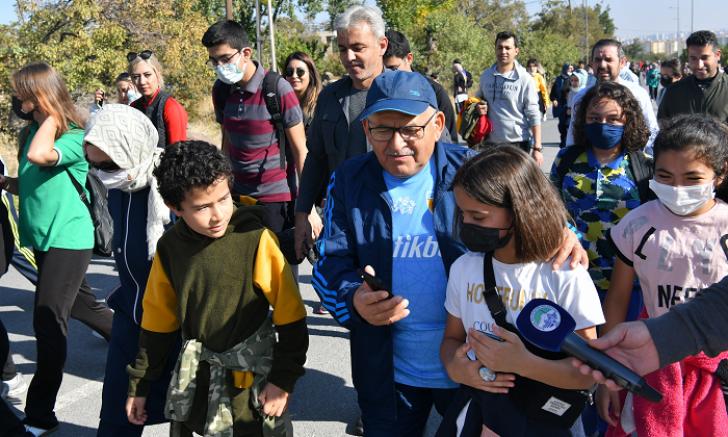 Başkan Büyükkılıç'tan yürüyüş şenliğinde çocukların talebine anında talimat